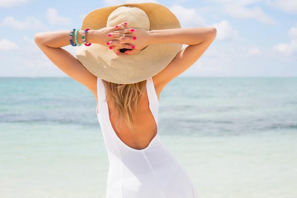 《背影》只可远观不可亵渎壁纸,度假,海边,草帽,卖女