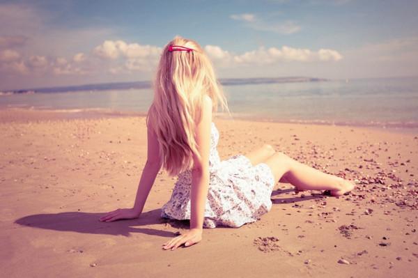 《背影》只可远观不可亵渎壁纸,沙滩,少女,长发
