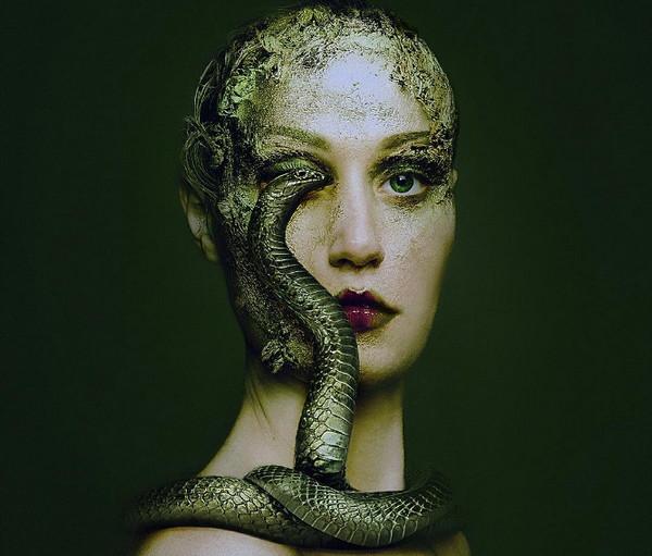 Flora Borsi 蛇与人之眼创意摄影