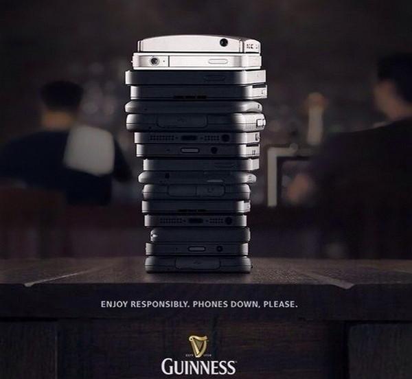 放下手机,与朋友畅饮